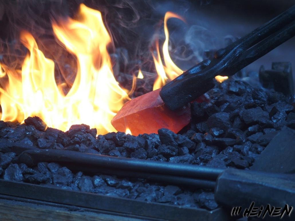 glühender Stahl im Feuer